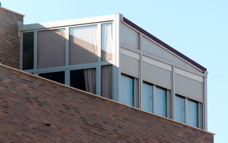 Cerramiento de terraza en tico con perfil de aluminio for Cerramiento aluminio terraza